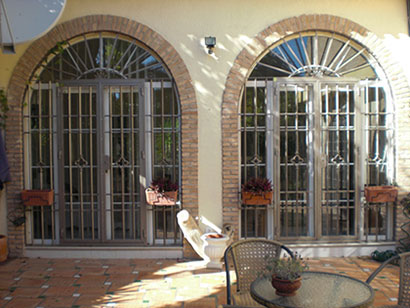 Rejas en huecos con arcos y puerta practicable